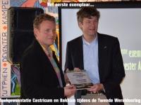 Burgemeester Mans neemt het eerste exemplaar in ontvangst